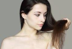 Zorg van beschadigd vrouwenhaar. Close-up Stock Fotografie
