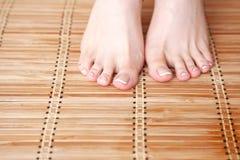 Zorg voor mooie vrouwenbenen op de vloer Mooie vrouwenbenen Stock Foto's