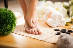Zorg voor mooie vrouwenbenen op de vloer Royalty-vrije Stock Foto
