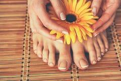 Zorg voor mooie vrouwenbenen op de vloer Royalty-vrije Stock Afbeeldingen