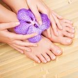 Zorg voor mooie vrouwenhuid en spijkers Pedicure en Manicure stock foto