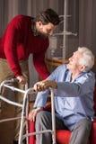 Zorg voor oudere persoon stock afbeeldingen