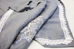 Zorgeloos geworpen die dekbedovertrek van natuurlijk linnen met machineborduurwerk en wit katoenen kant wordt gemaakt Vervaardigi stock afbeeldingen