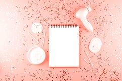 Zorgschoonheidsmiddelen, notitieboekje en schoonheidstoebehoren stock afbeelding