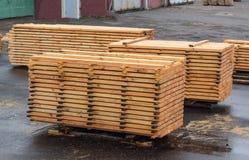 Zorgvuldig gestapelde stapels houten raad bij een houtbewerkingsinstallatie, het planking royalty-vrije stock foto
