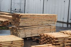 Zorgvuldig gestapelde stapels houten raad bij een houtbewerkingsinstallatie, het planking stock fotografie