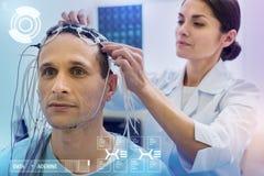 Zorgvuldige artsen verbindende draden op het hoofd van haar kalme patiënt royalty-vrije stock afbeelding