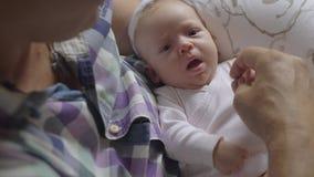 Zorgvuldige en houdende van opa met babykleindochter stock video