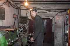 Zorinsk,乌克兰- 2013年3月18日:特纳在工作场所 免版税库存照片