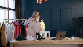 Zorra disparada da jovem mulher durante o blogue video de tiro sobre o estilo e as tendências da forma video estoque