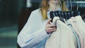 A zorra disparada da mulher bonita nova toma todas as blusas dos ganchos filme