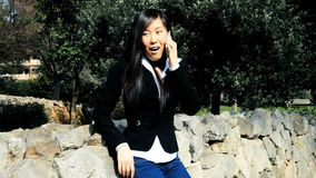 Zorra disparada da mulher de negócio asiática feliz filme