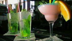 Zorra disparada de quatro cocktail de refrescamento vídeos de arquivo