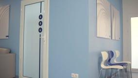 Zorra disparada de um salão agradável do hospital vídeos de arquivo