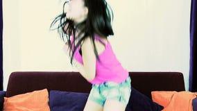 A zorra disparou da mulher americana asiática feliz que dança o movimento lento video estoque