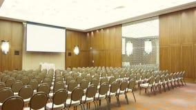A zorra disparou da sala de conferências com as cadeiras nas fileiras video estoque