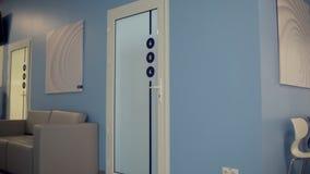 A zorra disparou de um salão do hospital com paredes azuis vídeos de arquivo