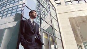 A zorra disparou do homem de negócios positivo que está o prédio de escritórios próximo video estoque