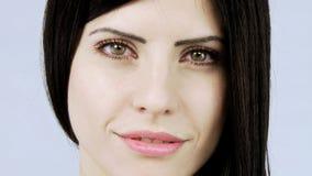 A zorra disparou dos olhos ao close up da mulher bonita com olhos verdes video estoque