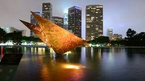 Zorra do lapso de tempo da escultura/na cidade da Los Angeles de DWP no dia à noite vídeos de arquivo