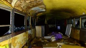 Zorra do lapso de tempo do ônibus do abandono na noite no deserto video estoque
