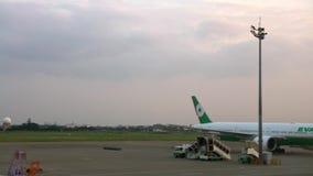 zorra 4k móvel disparada do plano estacionado no aeroporto internacional Vista bonita vídeos de arquivo