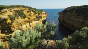Zorra nos penhascos da caverna em doze apóstolos, Austrália do trovão video estoque