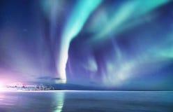 Zorz borealis na Lofoten wyspach, Norwegia Nocne niebo z biegunowymi światłami Nocy zimy krajobraz z zorzą dalej i odbiciem fotografia stock