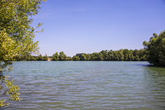 Zostaje na pięknym jeziorze w ile de Francja Zdjęcie Royalty Free