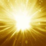 Złoty iskrzasty tło z intensywny jarzyć się błyska i gl Zdjęcia Royalty Free