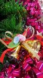 Złotych dzwonów choinki dekoraci zieleni czerwień Obrazy Royalty Free