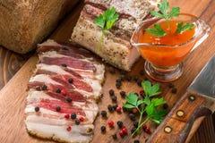 Zout bacon op een scherpe raad stock foto