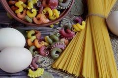 Zout in een doos, peper en drie eieren dat in het centrum van een donker achtergrond en een servet liggen royalty-vrije stock foto's