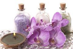 Zout, kaarsen en orchidee Stock Fotografie