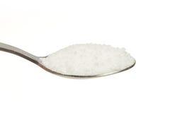 Zout (Natrium-chloride) op een theelepeltje Royalty-vrije Stock Foto