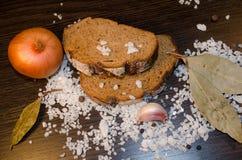 Zout op de lijst met brood, peper en ui wordt bestrooid die Royalty-vrije Stock Afbeelding