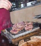 Zout op zeldzaam vlees Royalty-vrije Stock Afbeeldingen