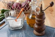 Zout, pepermolen, en olijfolie royalty-vrije stock foto