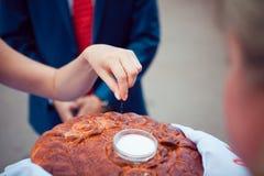 Zout van het huwelijks het rituele brood Stock Foto