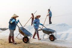 Zoute bedrijfsmedewerkers bij de zoute gebieden van Hon Khoi in Nha Trang, Viet Royalty-vrije Stock Fotografie