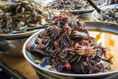 Zoute die krab, gebiedskrab in vissensaus wordt ingelegd in een dienblad speciaal Stock Foto