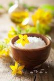Zoute en gele bloemen voor kuuroord Stock Afbeeldingen
