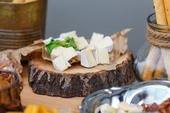 Zoute en kaasbar verscheidene soorten kaas, druiven, olijven, Stock Afbeeldingen