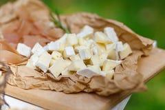 Zoute en kaasbar verscheidene soorten kaas, druiven, olijven Stock Foto
