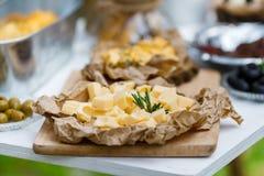 Zoute en kaasbar verscheidene soorten kaas, druiven, olijven Stock Afbeeldingen