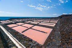 Zoute extractieinstallatie bij zoutmerenla Palma stock afbeeldingen