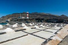 Zoute extractieinstallatie met vuurtoren bij zoutmerenla Palma Stock Foto's