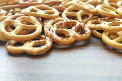 Zoute knapperige cracker minipretzels op houten lijstachtergrond royalty-vrije stock afbeelding