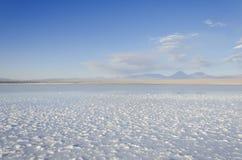 Zoute lagune met berg San Pedro de Atacama stock afbeelding