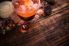 Zoute lamp van roze Himalayan-zout stock foto's